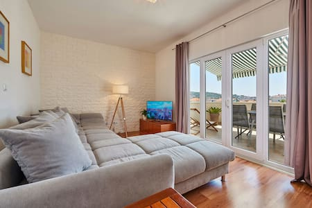 Sara°cozy&spacious with terace near old townTrogir