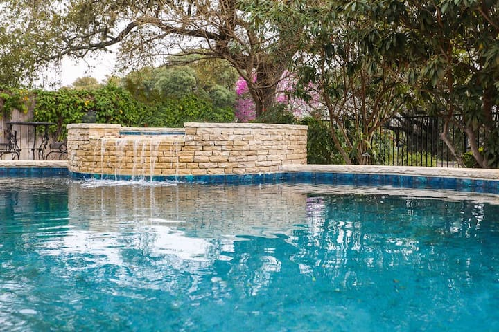 Absolutely Charming Southern Serenity, pool and hot tub access, walk to Main St.
