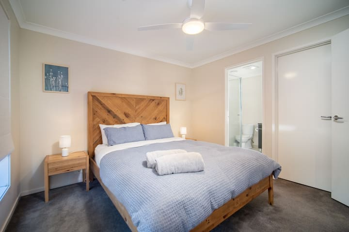 Master Queen bed with air conditioning,  full ensuite & walk in robe..