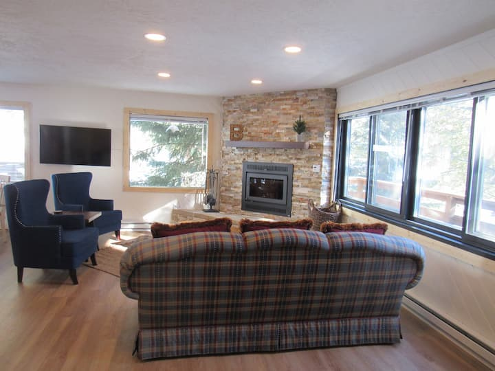 NEW! Remodeled cabin 5 minutes to downtown Breck!