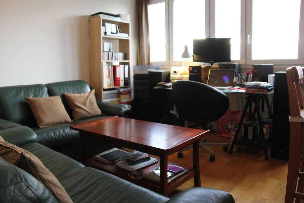 Espace salon confortable avec vue sur Paris (16e étage)