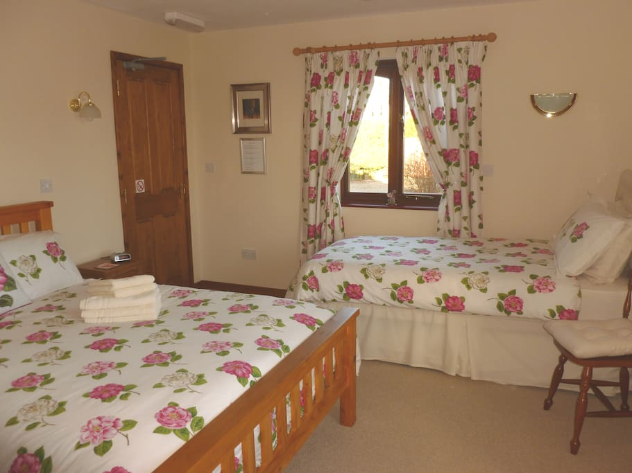 En-suite ground floor room over looking garden and fields free WiFi, Large bright cosy room with tea and coffee making facilities! complimentary bottle of water, coffee and tea and a biscuits for you to enjoy! Iron and ironing board.