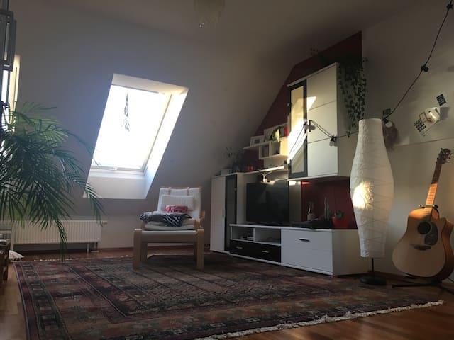 Wunderschönes Dachgeschoss am Feld - München - Hus