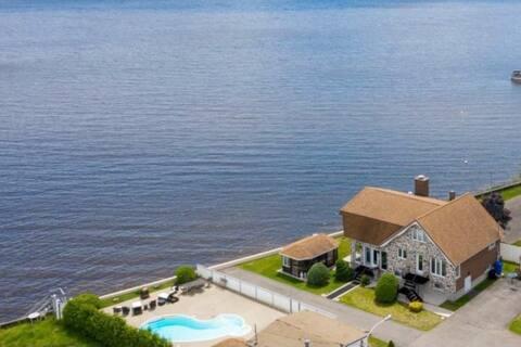 Domaine Lac des Deux-Montagnes /Private pool