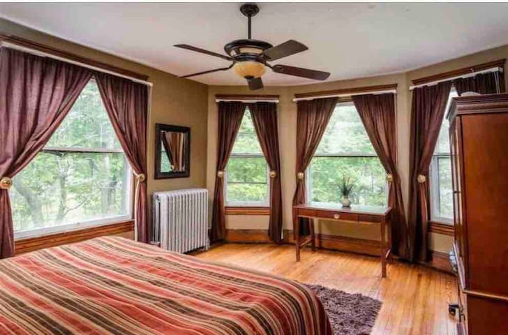 Private bedroom in Historical home, 6 rooms avail.
