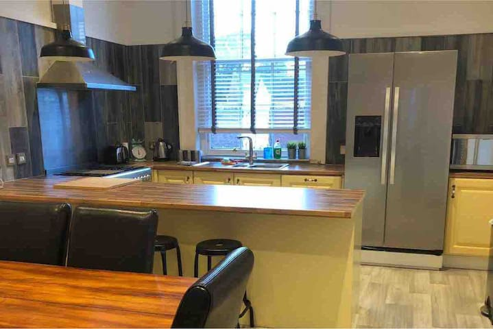 Beautiful, Large 3 Bedroom Apartment (City Centre)