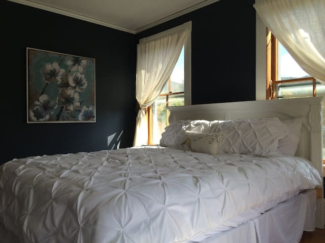 Little House Inn - Waimea Room (king bed) - Rumney - Bed & Breakfast