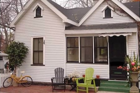Beautiful downtown cottage in perfe - แกรนด์ฮาเวน