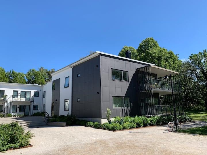 Modern trerumslägenhet invid Visby ringmur