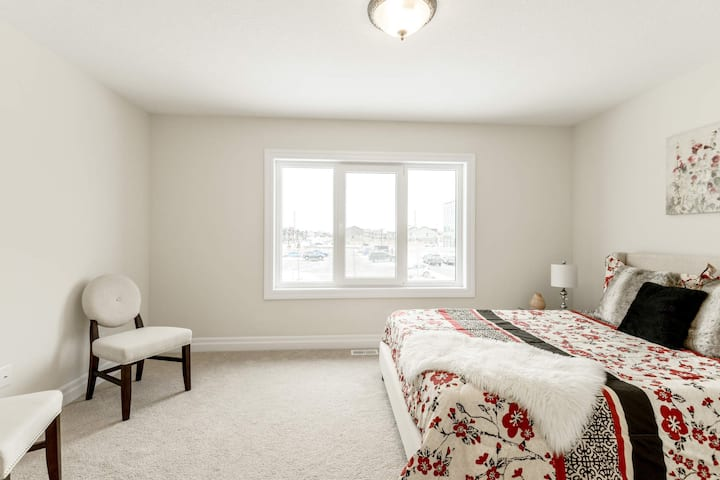 Clean and Private Bedroom/Bath Close to Downtown