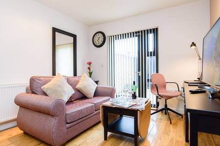 Cosy modern 1 Bed Apartment w/Pvt Terrace | Easy Smart Self Check In