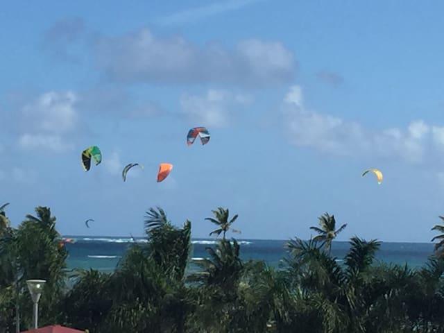 La villa est à une minute de marche du spot de kite. Emplacement idéal pour les amateurs ou professionnels de la discipline. Vue sur le spot de LA terrasse!
