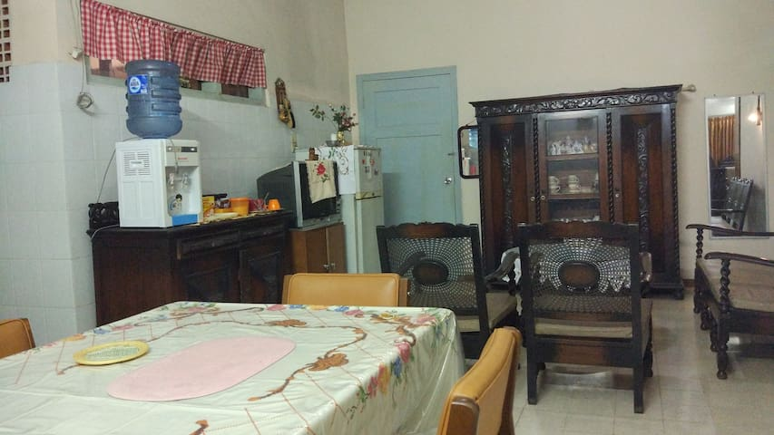 Ruang makan dan ruang santai bersama