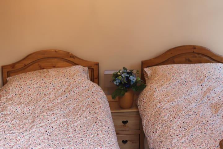 Troisième chambre au rez-de-chaussée / Third bedroom on ground floor