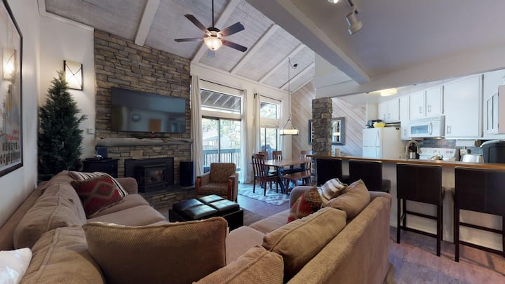 Cozy mountain vibe townhome close to restaurants, shuttle and shops!