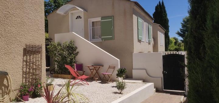 studio terrasse independant château de la Buzine