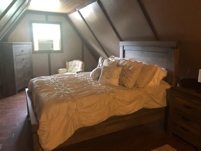 Queen bed (View 1)