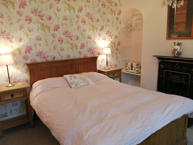 Lovely double room in large house.
