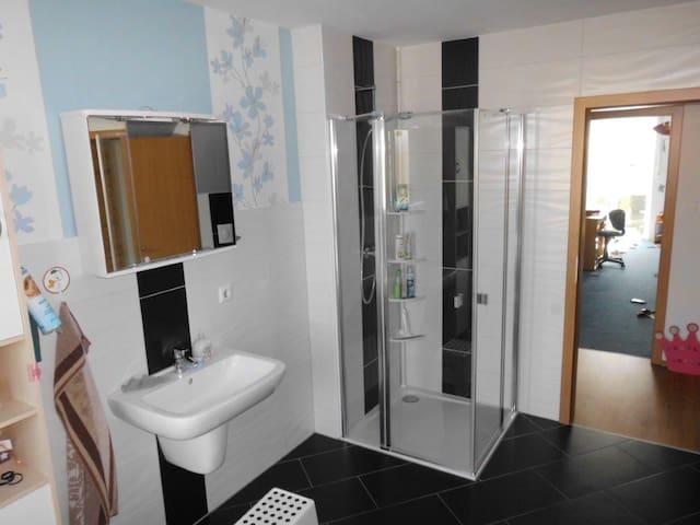 Badezimmer & Dusche