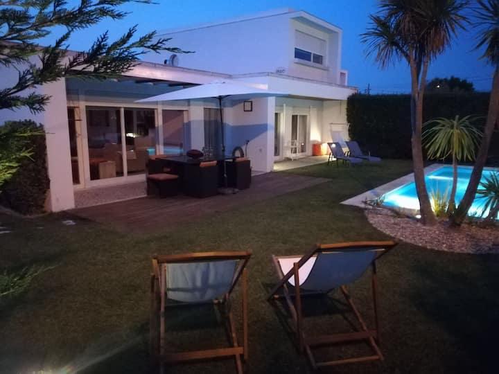 Vivenda com piscina perto da praia