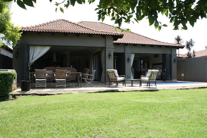 Luxurious Home set in Pecanwood Golf Estate - Hartbeespoort - Casa