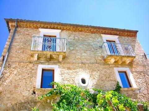 Romslig hus med solrik hage