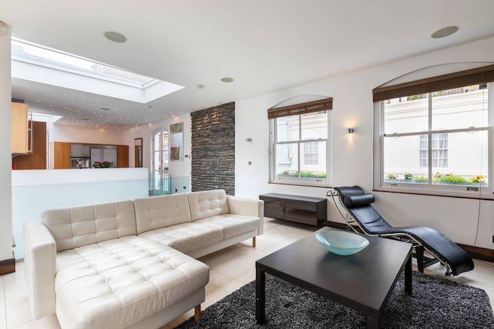 Extravagant 2 BR Mews House + Spa in Knightsbridge