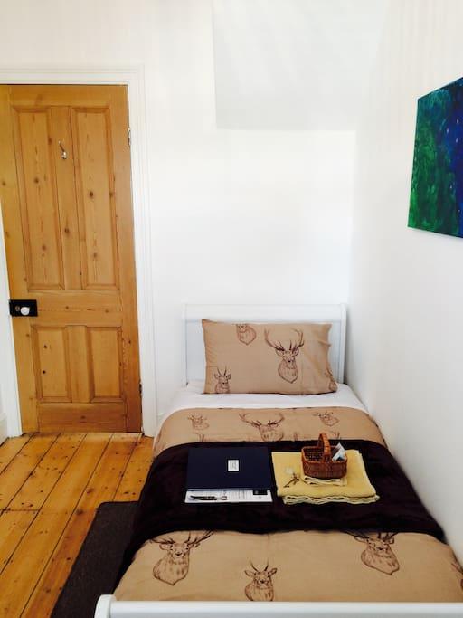 Cosy single bedroom.