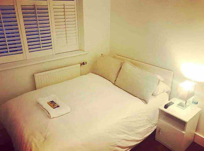 Central London Private Double Room- parking