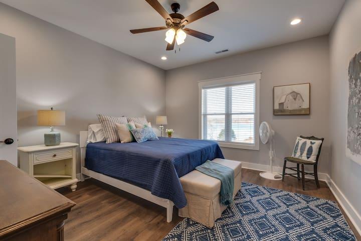 2nd Floor Bedroom  with en-suite (queen bed)