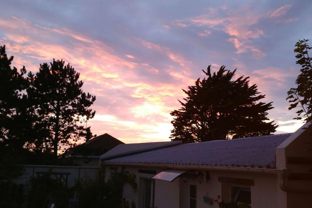 vue du jardin, coucher de soleil