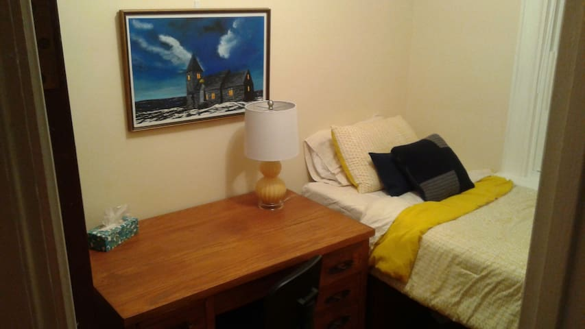 Clean and cozy room in Sunnyside - Kingston - Talo