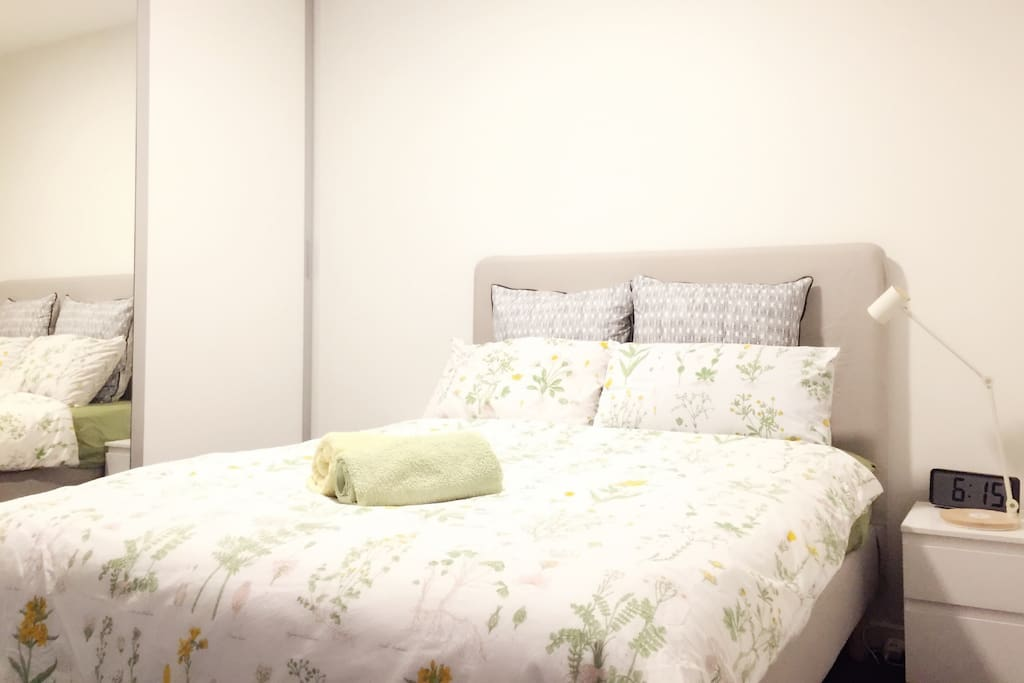 RM1 : Clean queen size , Quiet, comfortable and air- conditioned bedroom, heaps of storage, desk and chair , bath towels and tissue USB charger are provided in this  room.