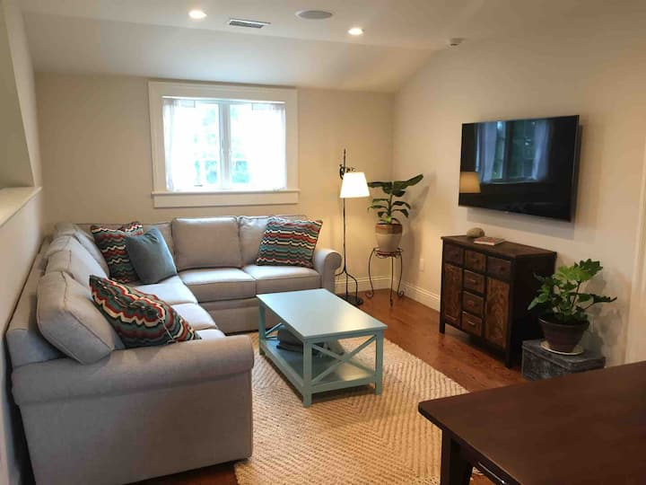 New Private Luxury 2nd floor apt- walk to town
