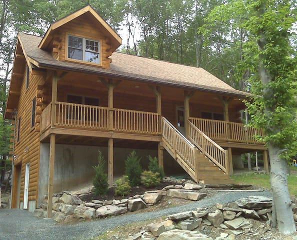 Log Cabin : *2 Blocks* from Lake Wallenpaupack - Paupack Township - Apartament