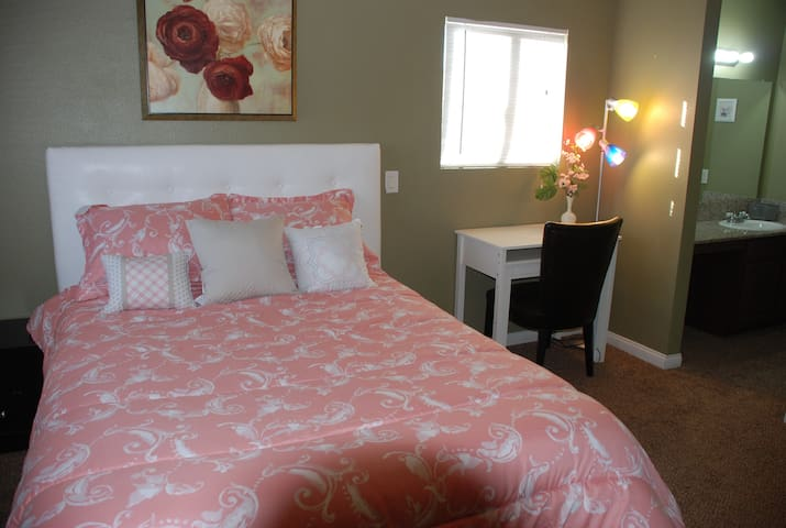 2 master bedroom, close to strip