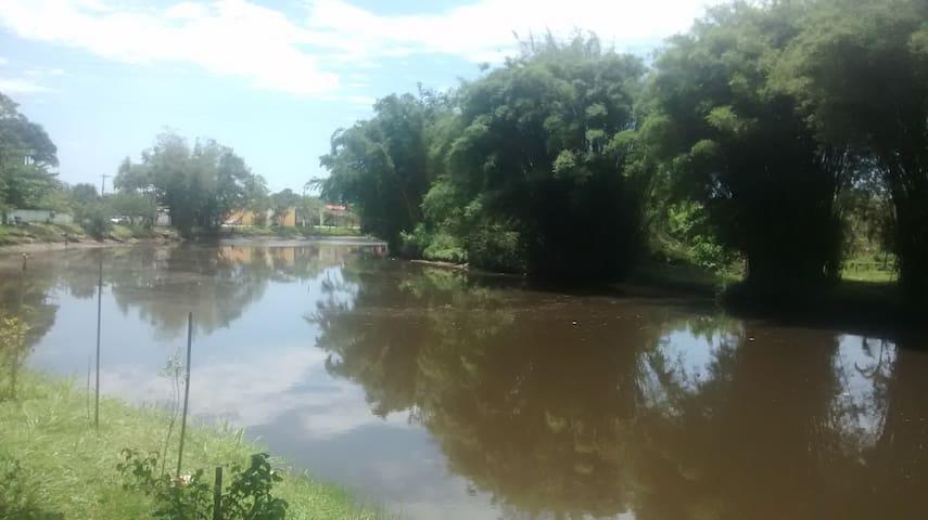 Quarto aconchegante próximo ao rio juqueriquerê