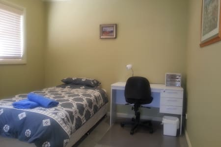 K/Single bed,shared,bath,Wifi,desk. - Adamstown