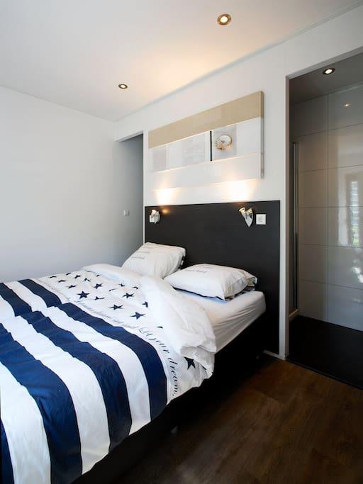 Master Bedroom met tweepersoonsbed en badkamer