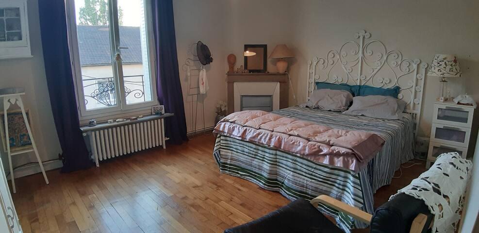 grande chambre lit 160 avec fauteuil, petite penderie , volets