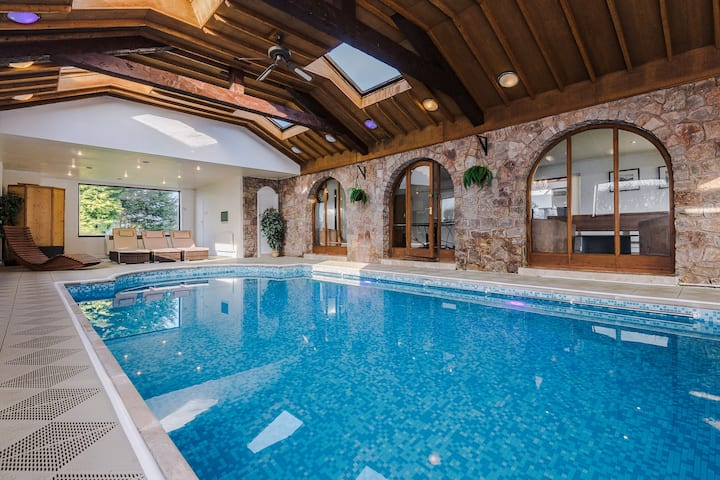 Large Luxury Holiday House with Heated Indoor Pool