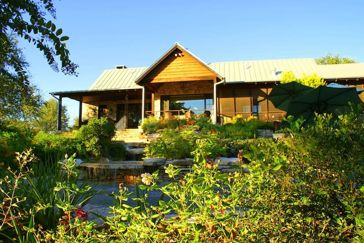 25 Minute drive to ACL! Dates still available...Stay In This Amazing Hill Country Vineyard!