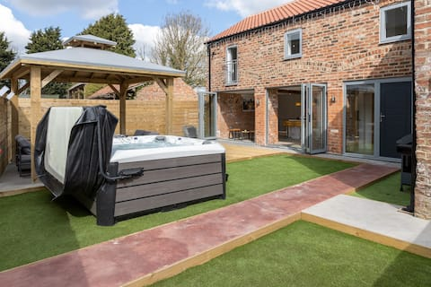 New Secluded Country Barn Conversion with Hot Tub