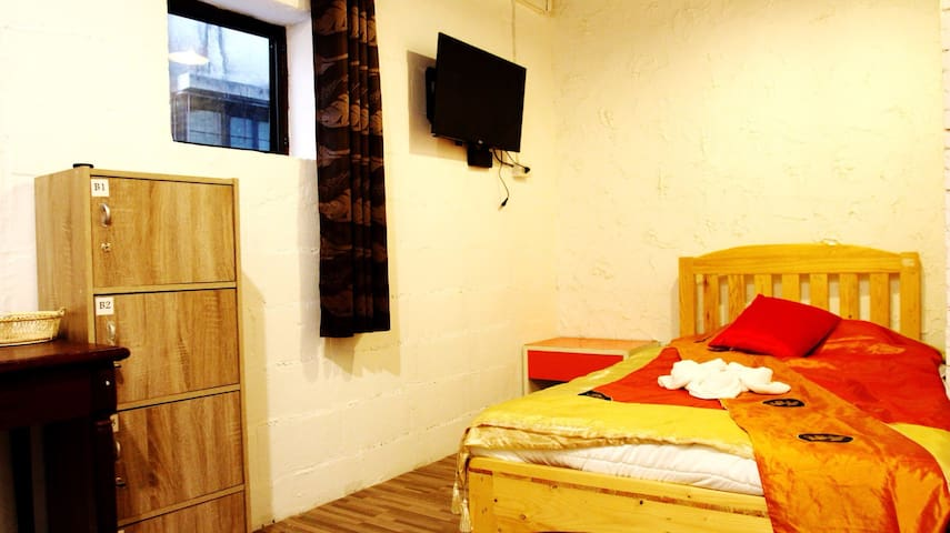Z's hostel with Delux room For Solo .