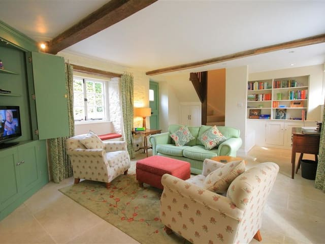 KEEN COTTAGE, romantic, with open fire in Kingham, Ref 988993