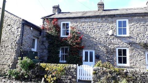 Rose Cottage, garden & parking, handy for pub!