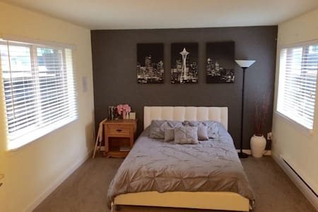 Lg private Bed/BA and parking spot! - Seattle
