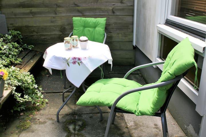 Sitz- und Entspannungsmöglichkeit vor dem eigenen Eingang