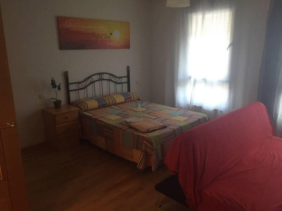 Dormitorio con cama de 1,35 colchón nuevo, almohada nueva, apto, recién pintado.