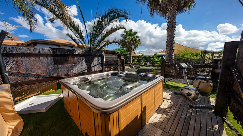 Villa with jacuzzi in the garden, Super offer May.